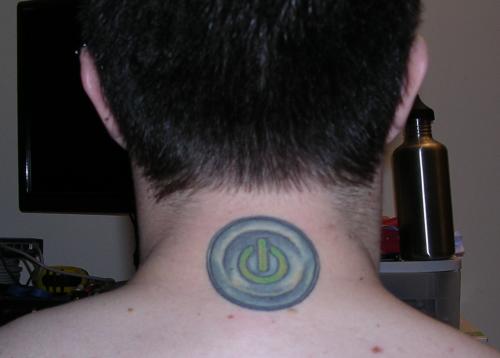 """Лажна моќ: само тетовирано копче, не копче со кое некого можете да го !вклучите"""" и да го претворите во послушник. Тату: Џејмс, Anchorage Tattoo Studio, Енкориџ, Аљаска, САД. Фото:  GeekyTatoos.com"""