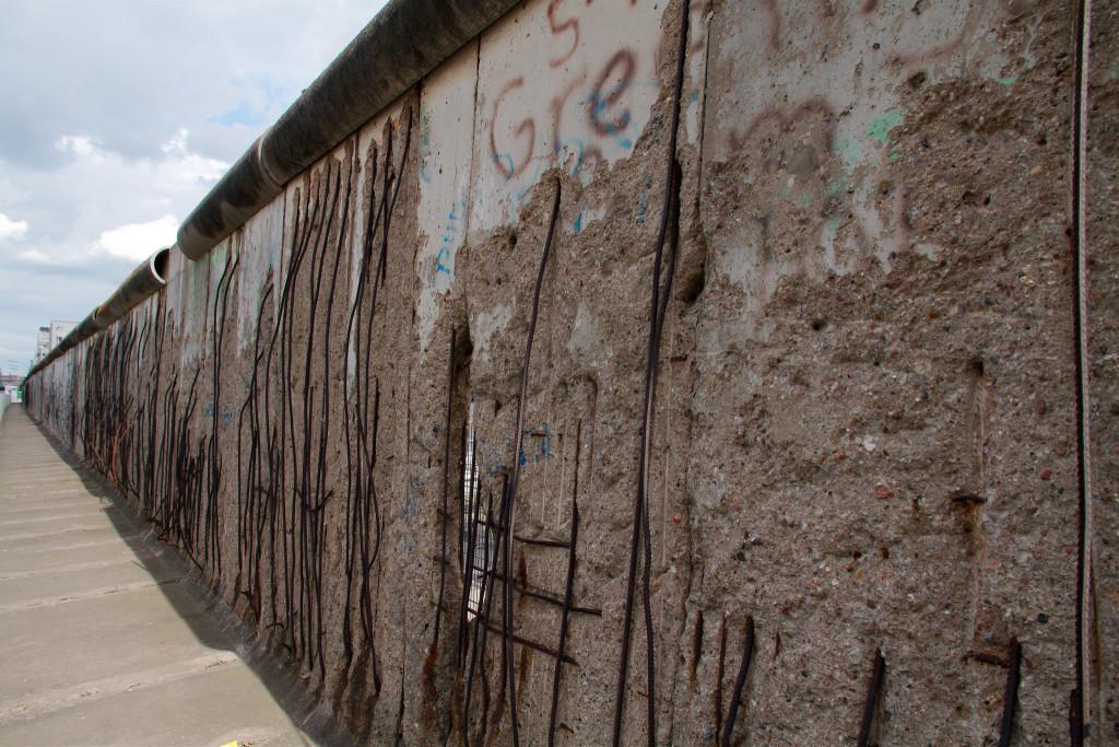 Дупки во ѕидот меѓу партијата и државата. Фото:  Frans de Wit/flickr