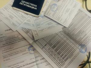 Në ambulantë ende përdoren librezat shëndetësore, edhe letrat, recetat dhe udhëzimet. Foto: Vërtetmatësi.