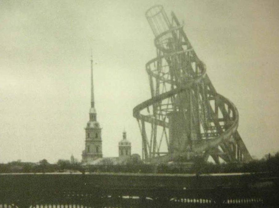 """Kulla imagjinare dhe asnjëherë e ndërtuar e Vladimir Tatlin (rreth 1920) në Shën Peterburg. Madje edhe proporcioni është i keq- ajo është dashur të jetë 3 herë më e lartë se kisha e afërt ortodokse e """"Petar dhe Pavle"""". Foto: cea+/flickr"""