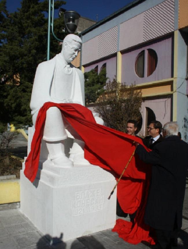 Поставување на споменикот на Блаже Конески во Прилеп, Фото: Скриншот