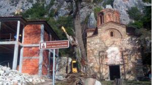 Пристапот до оваа црква изгрдаена во 1361 година,  е можен единствено по воден пат.   Фото: Принтскрин