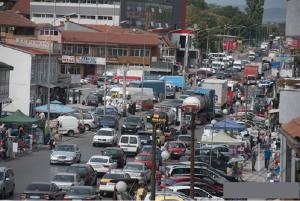 Сообраќајниот метеж секојдневие на Пластичарска улица    Фото: Принтскрин (Плусинфо)