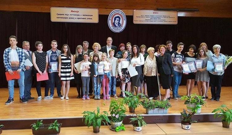 Осум првенци на генерација од основните училишта во  Центар и 14 најдобри наставници добија награди од градоначалникот на Општината                              Фото: Принтскрин