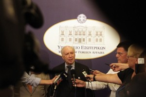 Matthew Nimetz with journalists in Athens in 2014. Photo: Greek MFA