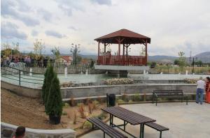 Паркот  е со површина од 6.500 метри квадратни, меѓу другото, содржи и езеро на две нивоа со пешачки мост, а над езерото е поставен видиковец.  Фото: веб-страница на Општина  Аеродром