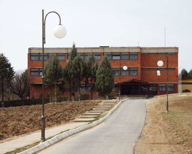 Училиштето се уште далеку од добивање интернат. Фото: Википедија