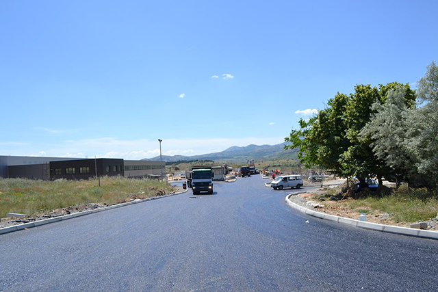 """Индустриската зона """"Караслари"""" работи, иако не со целосен капацитет. Фото: Општина Велес"""