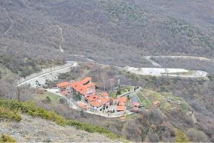 До манастирскиот комплекс во Зрзе води асфалтен пат долг 7,5 километри  Фото: mk.wikipedia.org Принтскрин