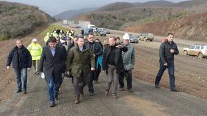 """Gruevski të njëjtat autostrada i premton prej viti 2011 deri në vitin 2016; Gruevski gjatë """"inspektimit"""" të ndërtimeve në rrugën Demir Kapi-Smokvicë. Foto: pirntscreen."""