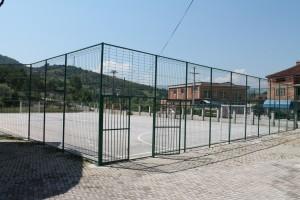 Спортска сала нема, има оградено спортско игралиште. Фото: веб-сајт на О. Гостивар