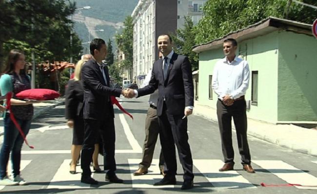 Во јуни 2015 г. градоначалникот Коневски и министерот  Мисајловски, официјално ја пуштија во употреба новоизградената улица   Фото: Принтскрин