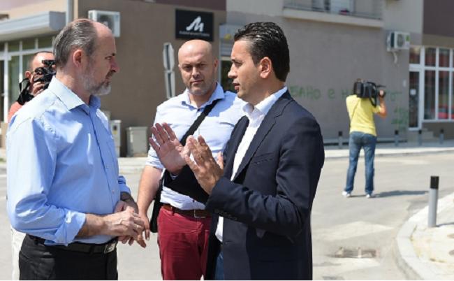 """Trajanovski dhe Konevski gjatë lëshimit në përdorim të rrugëve të rikonstruktuara """"Venjamin Maçukovski"""" dhe """"Anastas Mitrev"""". Foto: skopje.gov.mk"""