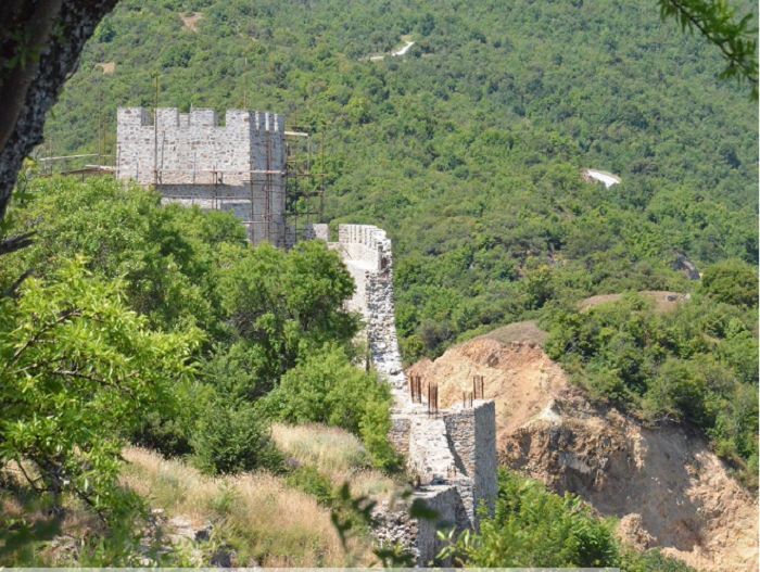 """Активностите за конзервација, реставрација и делумна реконструкција на локалитетот """"Цареви Кули"""" стартуваа во март 2014 година Фото: strumicatokilkis.eu"""