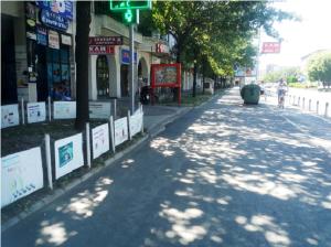 Përveç trotuarit të ri dhe shtyllave (të cilat i vendosi qyteti i Shkupit)  asgjë nuk është bërë për të rregulluar sipërfaqet e gjelbra para vet qendrës tregtare. Foto: Vërtetmatësi