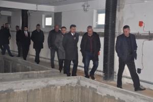 Ministri i atëhershëm Izairi dhe kryetari i komunës, Murati, kryejnë kontroll në ndërtimin e stacionit të filtrimit në Saraj Foto: moepp.gov.mk