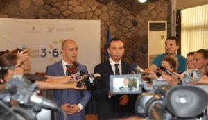 Фото: Османи со Салији даваат изјави за реформите во судството. (Академик)