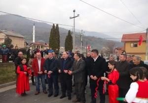 Gjatë përurimit me rastin e asfaltimit të rrugës kryesore në Neproshten Foto: ueb-faqja e Komunës së Tearcës