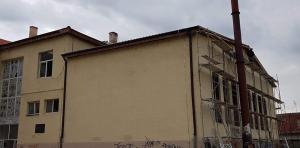 """Додека се следи наставата се работи на кровот на ОУ """"Лирија"""". Фото: Вистиномер"""