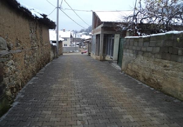 Rruga e shtruar me begatona në f. Sllatinë, K. e Teracës - kanalizim nuk ka. Foto: Ueb-faqja e K. së Tearcës