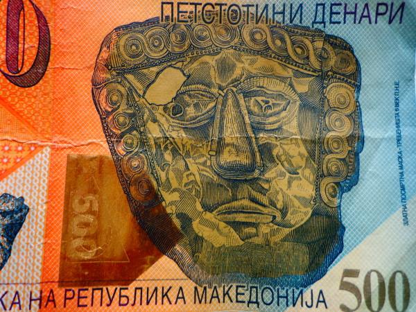 Moneta_od_500_makedonski_denari_predna_strana_so_pogled_na_zlatna_posmrtna_maska_Trebeniste-e1509981965902