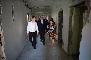 Министерката Царовска при посетата  на објектот на поранешниот Пионерски дом во Куманово, вети дека неговата пренамена  во градинка ќе заврши до 20 септември Фото: Слободен печат