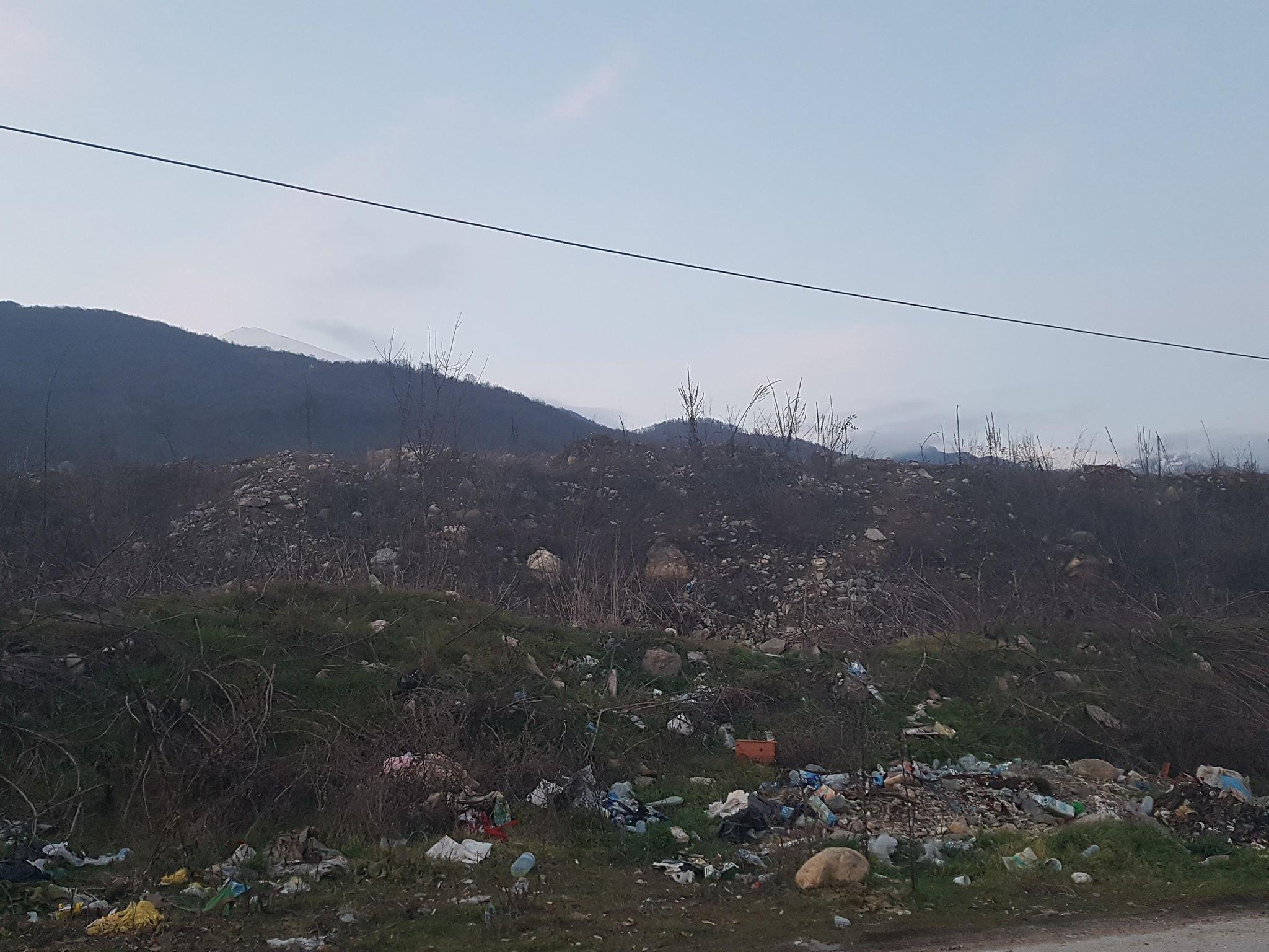 Освен отпадоците од поплавата и други тврди материали фрлине во ова мини депонија. Фото: Вистиномер