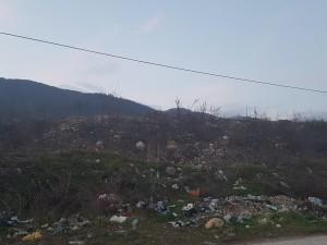 Përveç mbeturinave prej përmbytjeve në mini deponinë e fshatit janë hedhur edhe materiale të tjera të forta. Foto: Vërtetmatësi.
