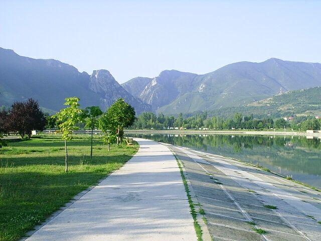 Убаво шеталиште на езерото Треска во Општина Сарај, ама што правиме со наодите во ревизорскиот извештај. Фото: Општина Сарај