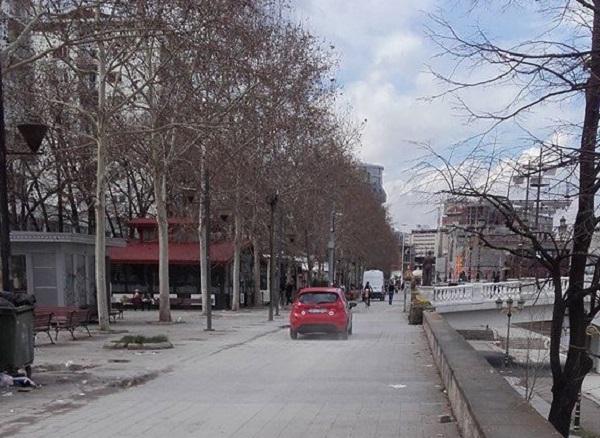 """Këto ditë veturat lirshëm lëvizin përgjatë rrjedhës së Vardarit te QTQ. Foto: """"Vërtetëamtësi"""""""