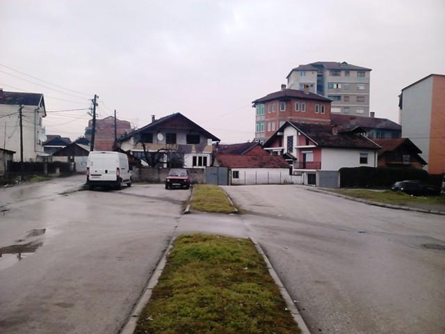 """Местото каде треба да помине булеварот """"Благоја Тоска"""" служеше како паркинг. Фото: Порталб"""